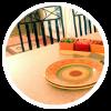 Угловая кухонная столешница из Tristone с облицовкой камнем по торцам